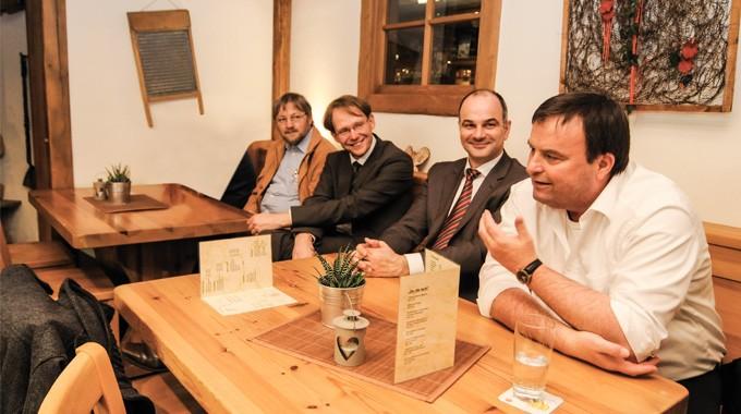 Optimistischer Blick In Die Freibad-Zukunft (von Links): DLRG-Vorsitzender Ihno Breitenbach, Bürgermeister Claus Jacobi, Wasserfreunde-Vorsitzender Thomas Theile Und SPD-Stadtverbandsvorsitzender Hubertus Kramer.